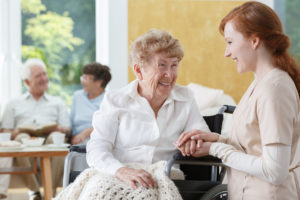 טיפול בקשישים בבית או בבית אבות