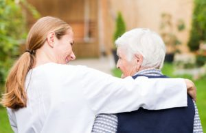 מטפלת צעירה הולכת יחד עם מטופלת קשישה