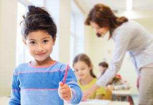 תמונה של ילדה בבית ספר. ממחיש את העובדה ששירותי הסמך ניתנים לא רק לקשישים