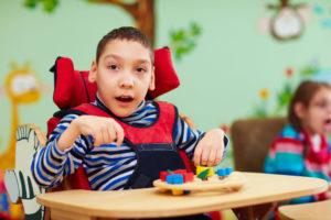 ילד עם מוגבלות יושב ומשחק