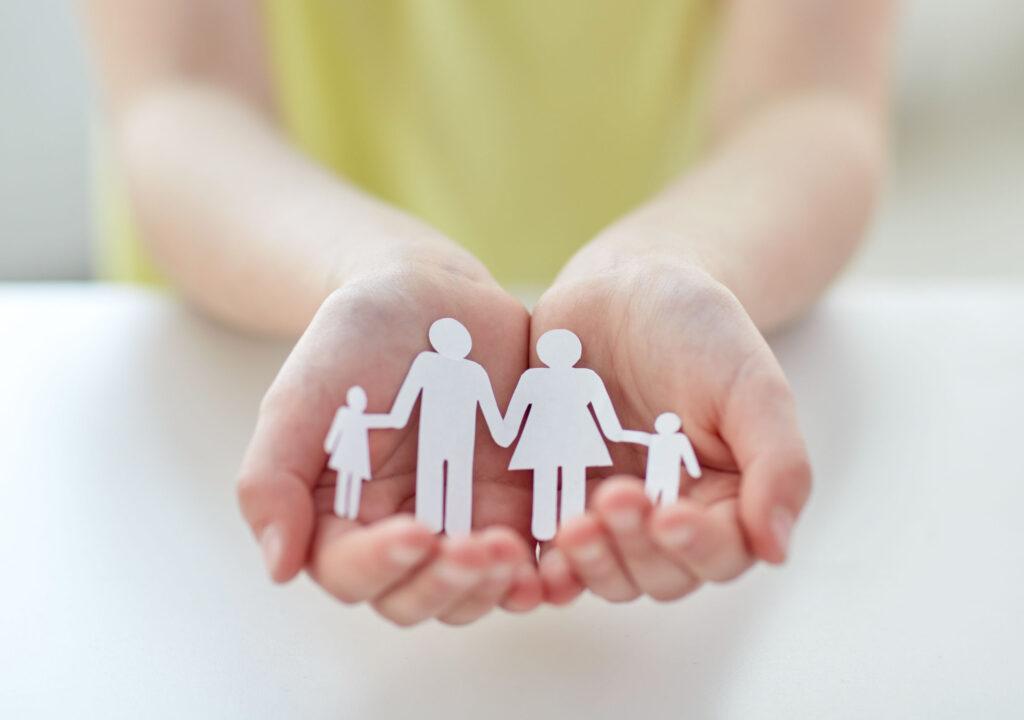 ידיים שמחזיקות קאטאאוט של משפחה